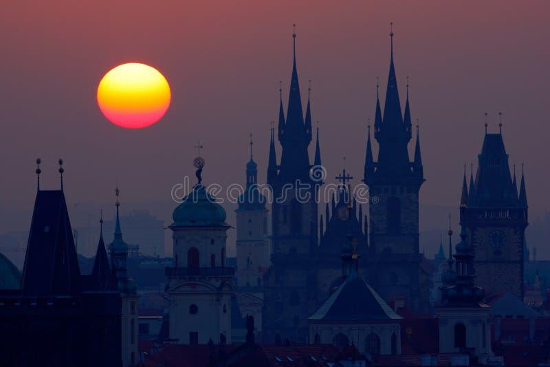 Belle vue détaillée de lever de soleil des tours d'église de Prague Couleurs de début de la matinée avec la vieille ville Crépusc photos libres de droits