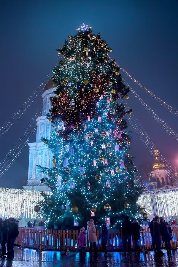 Belle vue d'arbre de Noël sur Sophia Square à Kiev, Ukraine photos libres de droits