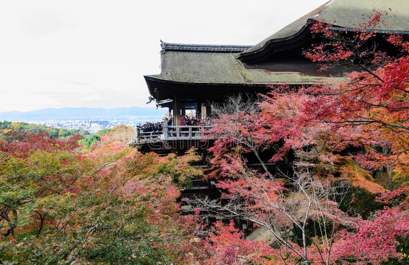 Belle vue d'automne d'architecture en bois antique au temple de Kiyomizu-dera ? Kyoto, Japon photos libres de droits