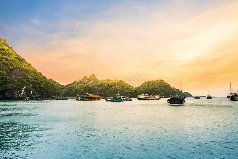 Belle vue d'or de coucher du soleil de bateau de croisière à la baie de Halong, Vietnam photos stock