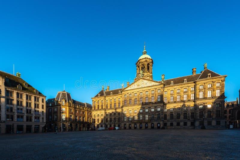 Belle vue d'hiver de Royal Palace sur la place de barrage à Amsterdam, Pays-Bas images libres de droits