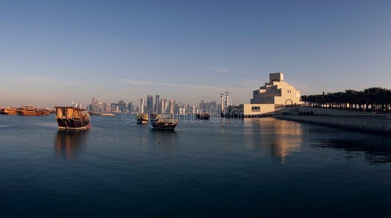 Belle vue d'horizon de Doha avec les bateaux en bois traditionnels Corniche Broadway Le Qatar, Moyen-Orient image libre de droits