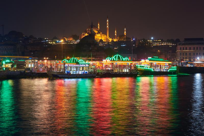 Belle vue d'Istanbul la nuit photos stock