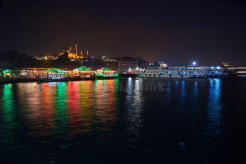 Belle vue d'Istanbul la nuit image stock