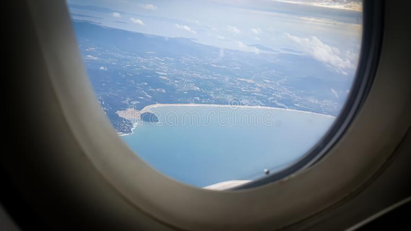 Belle vue d'océan scénique de coucher du soleil par la fenêtre d'avion images stock