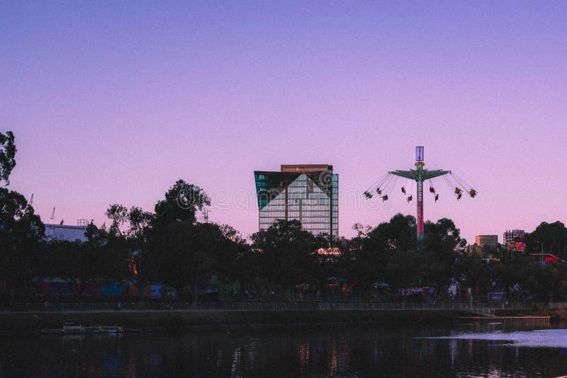 Belle vue d'un bâtiment en verre grand d'affaires avec les oscillations grandes du côté image stock
