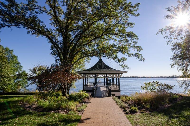 Belle vue d'une plate-forme de patio de belvédère en automne photos stock