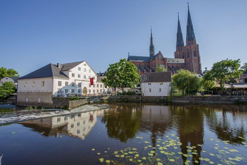 Belle vue de belles maisons et d'église blanches de cathédrale réfléchissant sur la surface de l'eau photographie stock