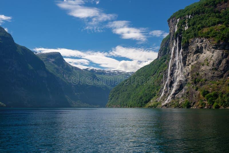 Belle vue de cascade de sept soeurs, Geirangerfjord photographie stock libre de droits