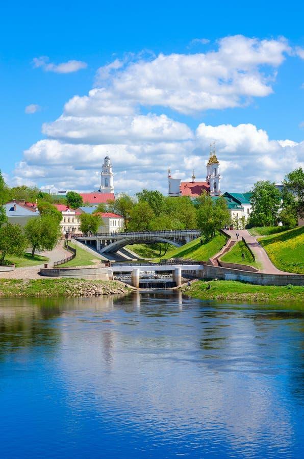 Belle vue de centre historique de Vitebsk au confluent des rivières de Dvina occidental et de Vitba, Belarus photographie stock