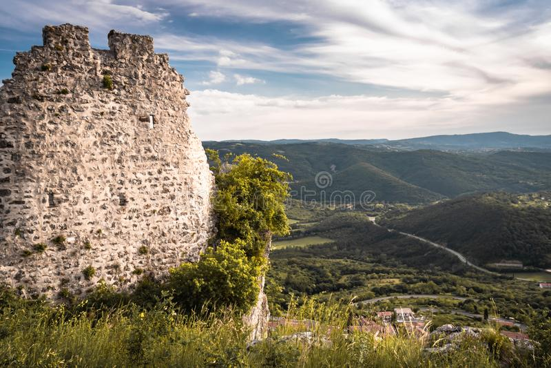 Belle vue de château médiéval de forteresse sur le dessus de la colline dans le crni kal, Slovénie image stock
