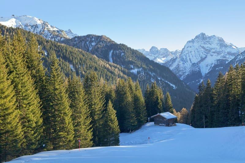 Belle vue de chalet en bois rustique traditionnel de montagne dans les dolomites italiennes, Italie photographie stock