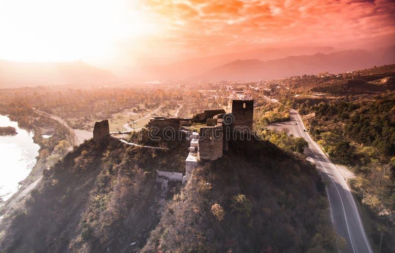 Belle vue de coucher du soleil de vieilles ruines d'une forteresse sur la colline W de Kutaisi photographie stock libre de droits