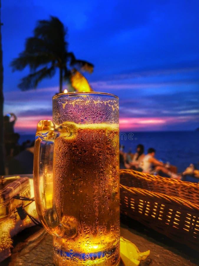 Belle vue de coucher du soleil et couleur de bière et vive froide sur le ciel bleu photographie stock