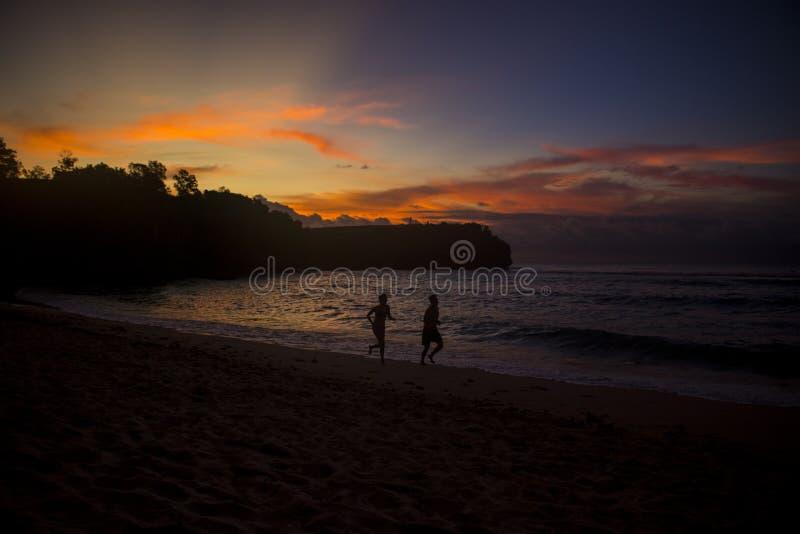 Belle vue de coucher du soleil de plage d'été images libres de droits