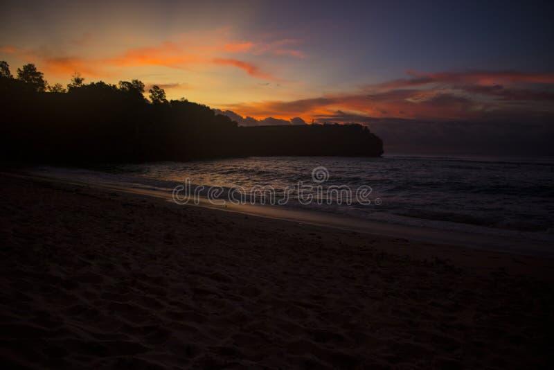 Belle vue de coucher du soleil de plage d'été photos libres de droits