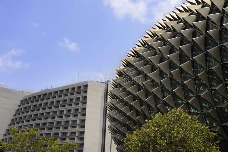 Belle vue de détail de théâtre moderne et étonnant d'esplanade sous un ciel bleu avec l'hôtel et le bâtiment de bloc d'affaires d images stock