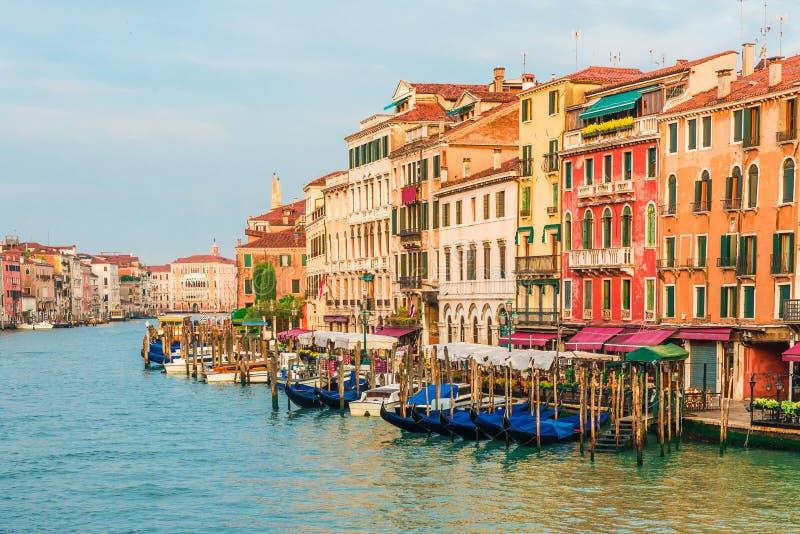 Belle vue de Grand Canal à Venise, Italie de pont de Rialto avec des gondoles pendant le lever de soleil photographie stock