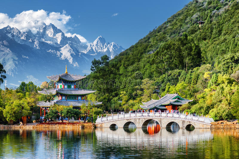 Belle vue de Jade Dragon Snow Mountain, Lijiang, Chine images libres de droits