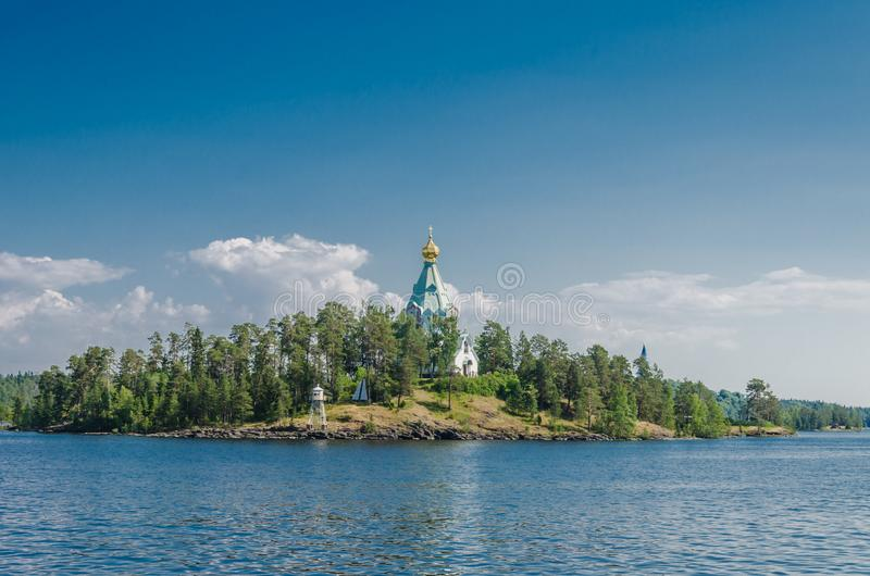 Belle vue de l'eau vers l'?le avec l'?glise orthodoxe St Nicholas Skete du monast?re de Valaam ?glise de St photographie stock libre de droits