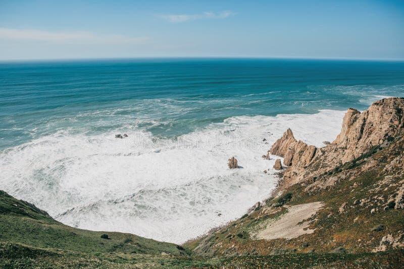 Belle vue de l'Océan Atlantique du point occidental sur le cap Roca au Portugal photographie stock libre de droits