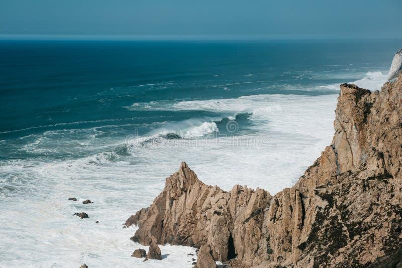 Belle vue de l'Océan Atlantique du point occidental sur le cap Roca au Portugal photo stock