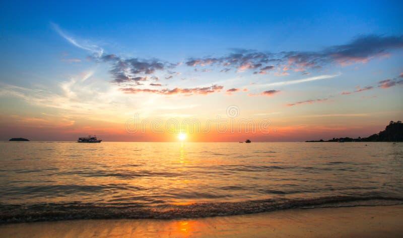 Belle vue de l'océan pendant la méditation images libres de droits
