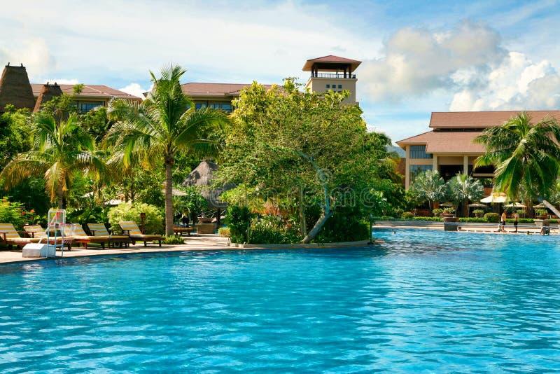 Belle vue de la piscine dans l'hôtel de Kempinski sur l'île de Hainan images libres de droits