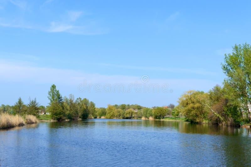 Belle vue de la rivi?re et du ciel bleu Paysage d'?T? Placez pour détendre, pique-nique photo stock