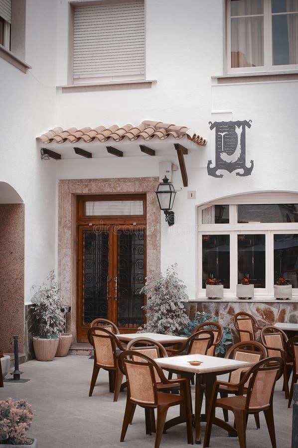 Belle vue de la rue traditionnelle de Blanes, Espagne Rue avec la vieille architecture espagnole traditionnelle images stock