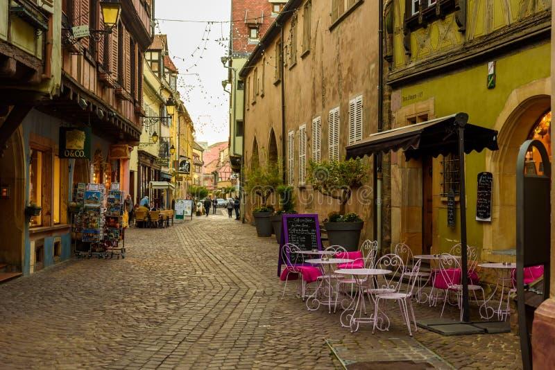 Belle vue de la ville historique de Colmar, ?galement connue sous le nom de peu de Venise, tour de bateau le long des maisons col images stock
