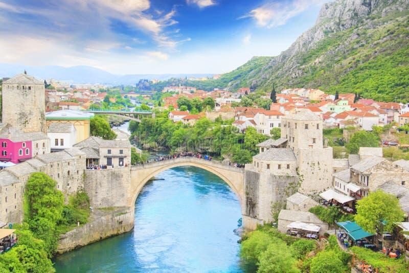 Belle vue de la ville médiévale de Mostar du vieux pont en la Bosnie-Herzégovine image stock
