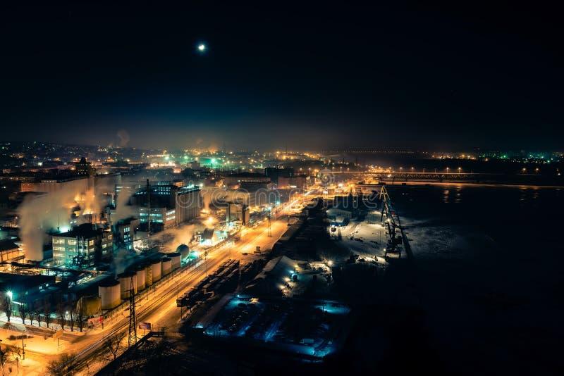 Belle vue de la ville de nuit Dniepropetovsk Ukraine d'endroit élevé images stock