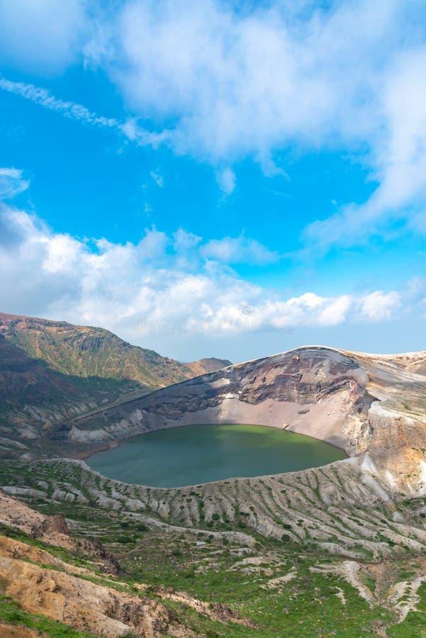 Belle vue de lac de cratère d'Okama au bâti Zao photographie stock
