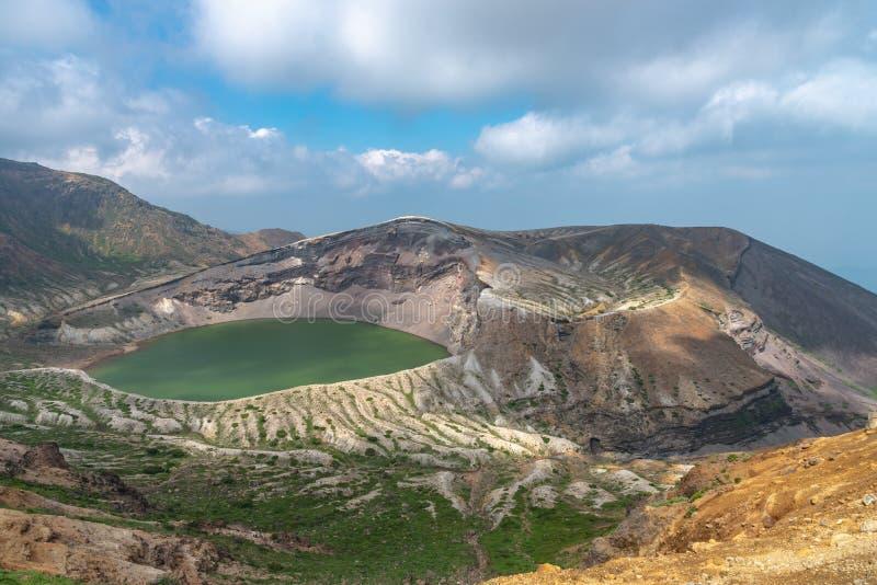 Belle vue de lac de cratère d'Okama au bâti Zao photo stock