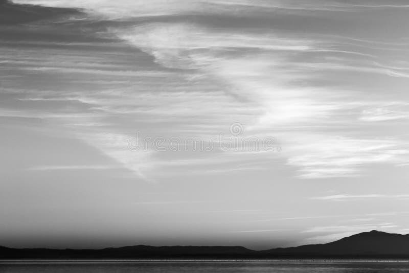 Belle vue de lac Ombrie, Italie Trasimeno au coucher du soleil, avec des formes de nuage sur le ciel photo libre de droits