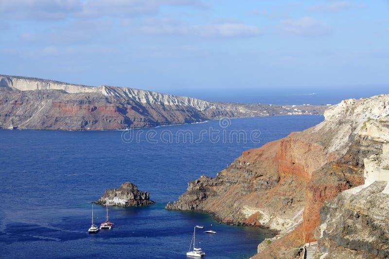 Belle vue de mer et de falaises avec les bateaux luxueux dans Santorini images stock