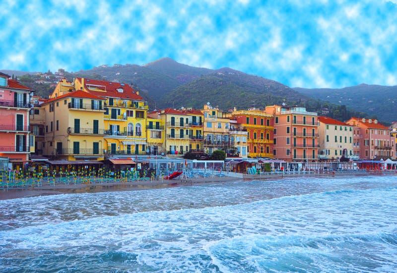 Belle vue de mer et de la ville d'Alassio avec les bâtiments colorés, Ligurie, Italien la Riviera, région San Remo, ` Azur, Itali images stock