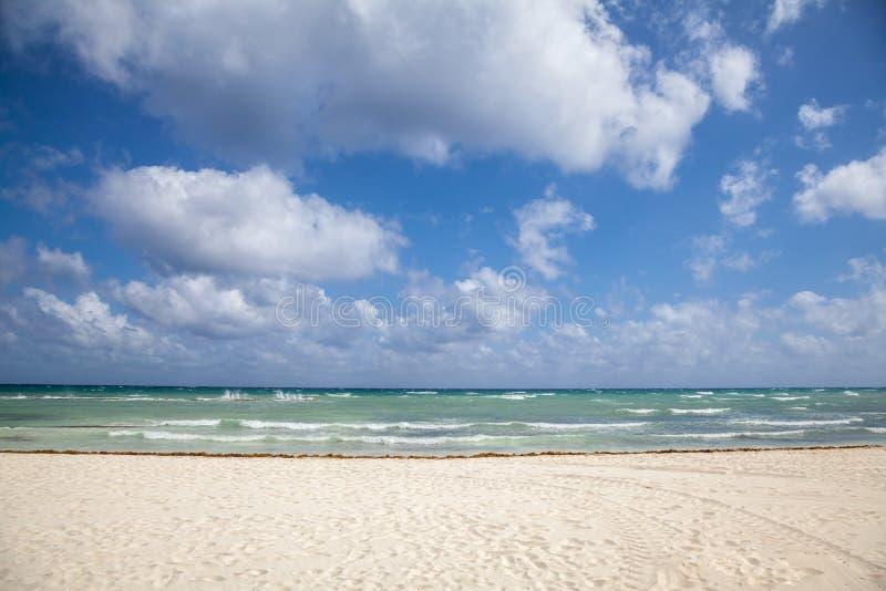 Belle vue de mer et sable blanc image stock