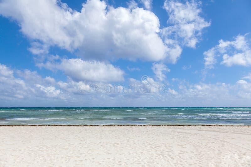 Belle vue de mer et sable blanc photographie stock
