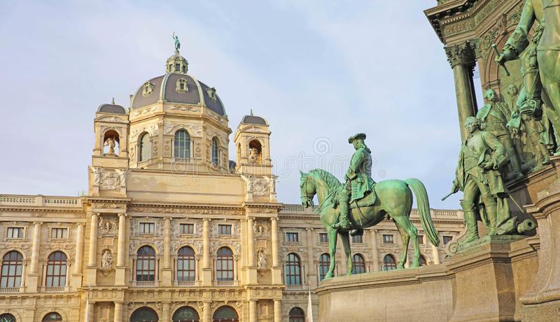 Belle vue de musée célèbre d'histoire naturelle de musée de Naturhistorisches dans la place de Marie-Theresien Platz et de sculpt image stock
