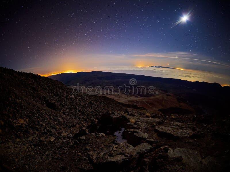 Belle vue de nuit avec des étoiles du refuge d'AltaVista, volcan de Teide, Ténérife, Espagne photographie stock libre de droits
