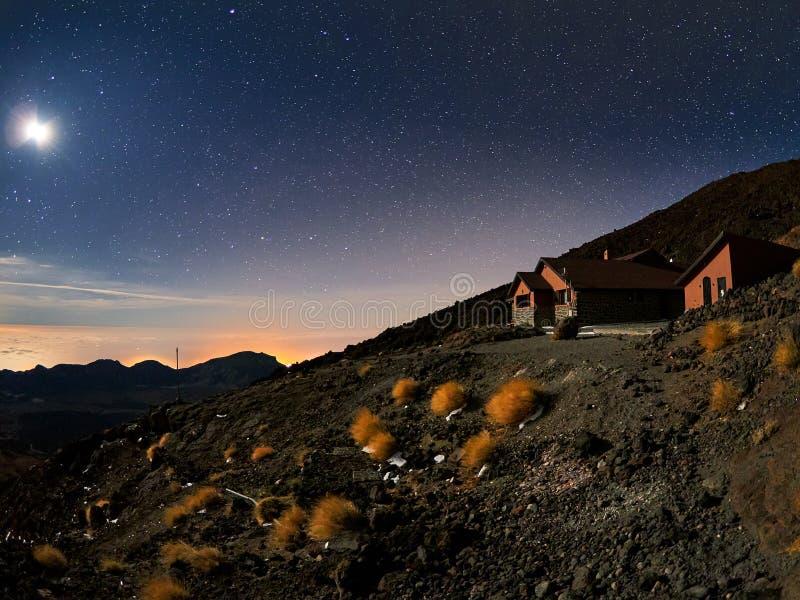 Belle vue de nuit avec des ?toiles du refuge d'AltaVista, volcan de Teide, T?n?rife, Espagne photos libres de droits