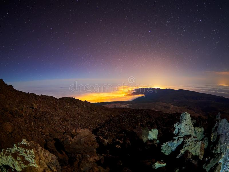 Belle vue de nuit avec des ?toiles du refuge d'AltaVista, volcan de Teide, T?n?rife, Espagne image libre de droits