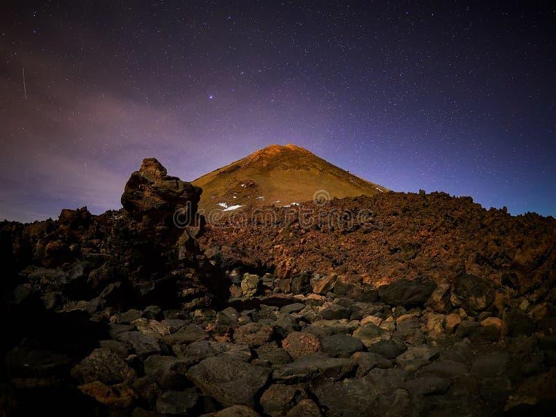 Belle vue de nuit avec des ?toiles du refuge d'AltaVista, volcan de Teide, T?n?rife, Espagne photographie stock libre de droits