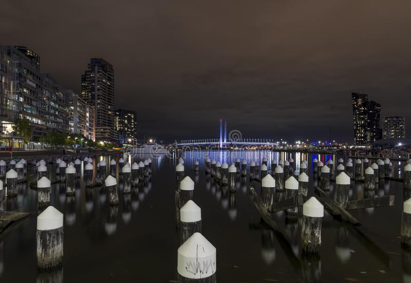 Belle vue de nuit des quartiers des docks de Melbourne et du pont de Bolte, avec des réflexions sur la rivière de Yarra, Melbourn photographie stock