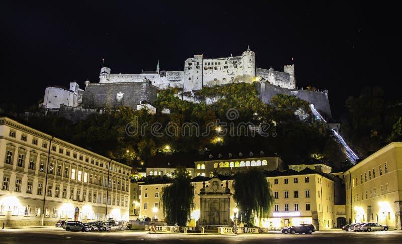 Belle vue de nuit sur le château de Salzbourg photos libres de droits