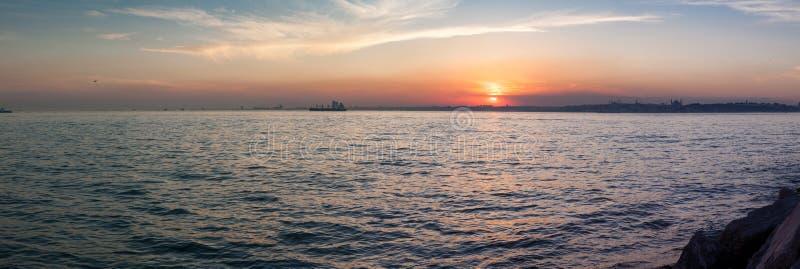 Belle vue de panorama du coucher du soleil spectaculaire dans le Bosphorus Istanbul, Turquie photos stock