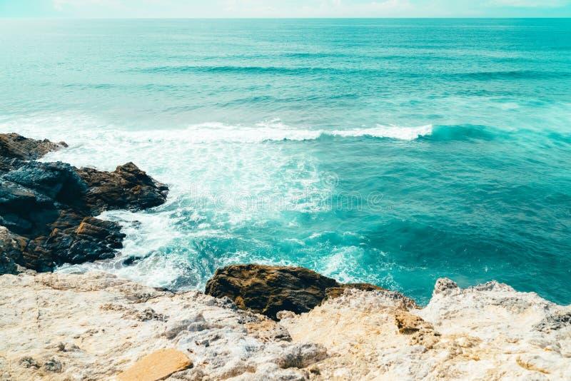 Belle vue de paysage et de paysage marin des falaises et de l'océan au Portugal images stock