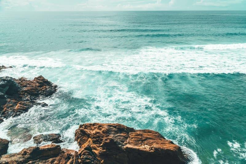 Belle vue de paysage et de paysage marin des falaises et de l'océan au Portugal photos stock
